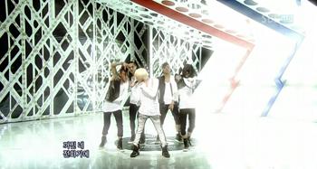 G-Dragon performing Heartbreaker at Inkigayo